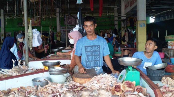 Harga Daging Ayam di Kota Sungailiat Stabil Sejak Naik di Awal Ramadhan