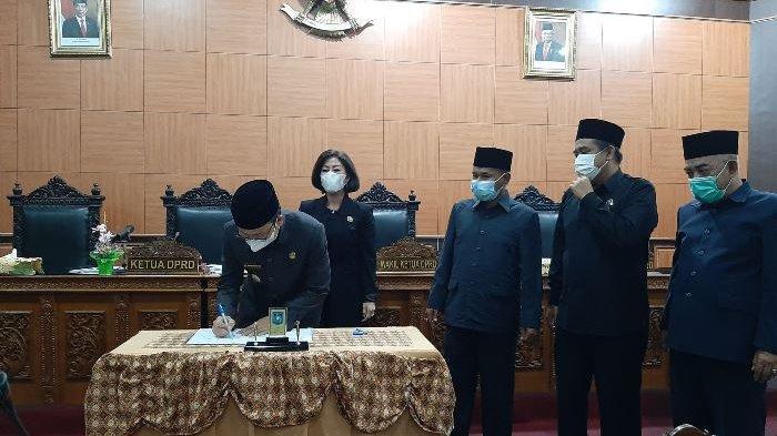 Rapat Keputusan Akhir Fraksi Terhadap Raperda dan Penyampaian LKPJ, Algafry Terima Rekomendasi DPRD