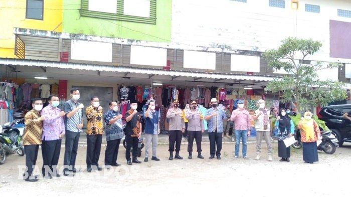 Bupati Bangka Tengah, Algafry Rahman bersama unsur forkopimda saat melakukan sidak ke pasae modern Koba, Jumat (7/5/2021).
