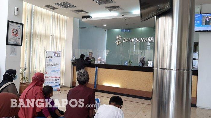 Suasana aktivitas layanan di Bank Sumsel Babel Cabang Koba, Jumat (07/05/2021)