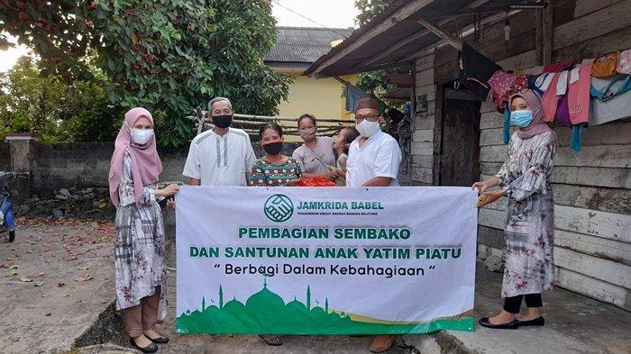 Jamkrida Bangka Belitung Bagikan Paket Sembako Kepada Warga Kurang Mampu, Berbagi Dalam Kebahagiaan