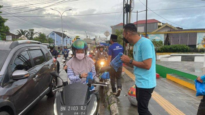 Bentuk Kepedulian Sesama, DPD KNPI Kota Pangkalpinang Bagikan Sembako dan Takjil