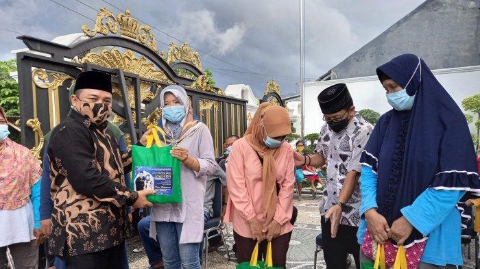 Berbagi dengan Masyarakat, Dori Bagikan 400 Paket Sembako di Kota Pangkalpinang