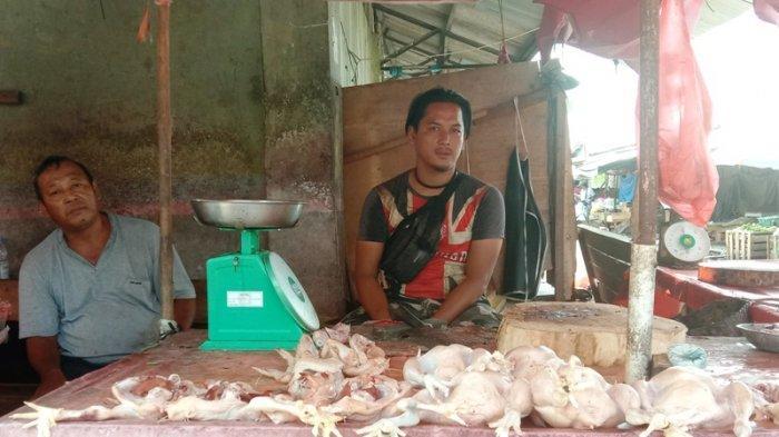Jakir pedagang ayam potong di pasar Besar Kota Pangkalpinang.