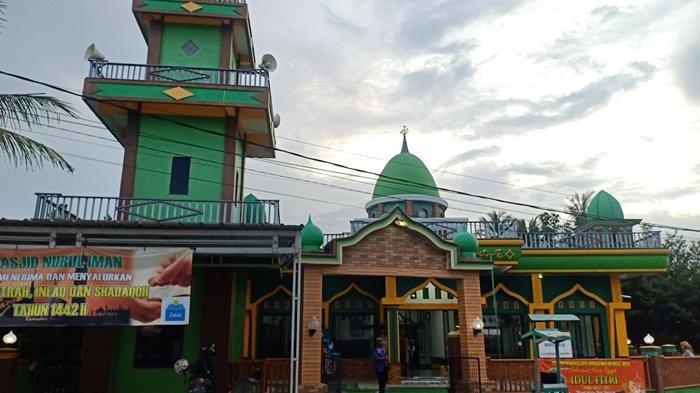 Masjid Nurul Iman Air Merapin Sungailiat, Warnanya Cantik Desainnya dengan Ornamen Unik