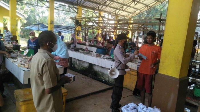 Polsek Kelapa menggelar sosialisasi dan pembagian masker di Pasar Kelapa, Selasa (11/05/2021)