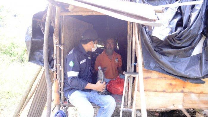 PT Timah membagikan sembako kepada masyarakat di daerah operasionalnya.