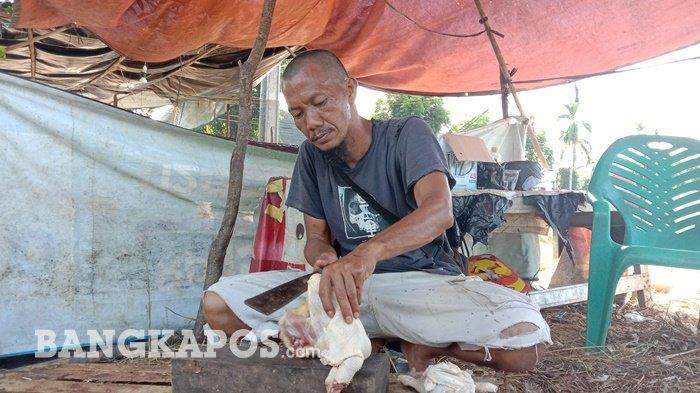 Saika (43) warga Gabek Kota Pangkalpinang saat ditemui Bangkapos.com berjualan ayam merah di Selindung Baru, Rabu (12/5/2021)