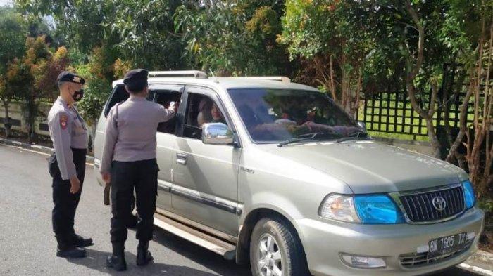 Pemeriksaan kendaraan dan penumpang sebelum memasuki ataupun keluar wilayah Toboali, Jumat (14/5/2021).