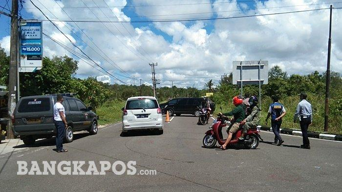 Puluhan kendaraan saat diminta putar balik oleh petugas di kawasan wisata Pantai Pasir Padi, Sabtu (15/5/2021) pagi.