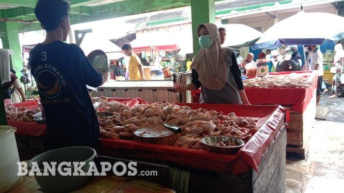 Pedagang ayam potong di Pasar Pagi Kota Pangkalpinang pada Minggu (16/5/2021)