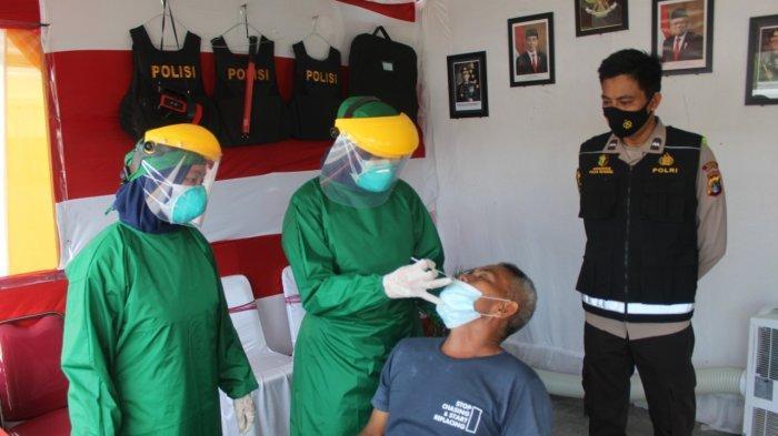 Kapolres Bangka Tengah saat memantau pelaksanaan pengecekan Rapid Antigen yang dilakukan kepada pengendara yang melintas di wilayah Bangka Tengah, Senin (17/5/2021).