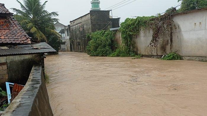 Kondisi Kampung Ulu, Kecamatan Muntok, Kabupaten Bangka Barat tang terendam banjir, Selasa (18/05/2021).