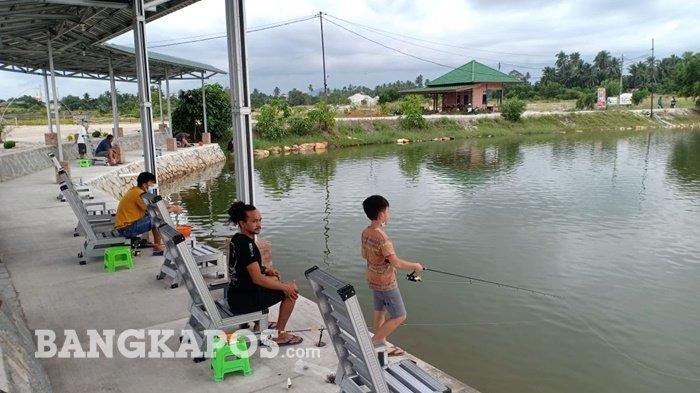 Para pemancing memancing ikan di elaga Emas Bersinar, Sinar Baru, Sungailiat, Kabupaten Bangka
