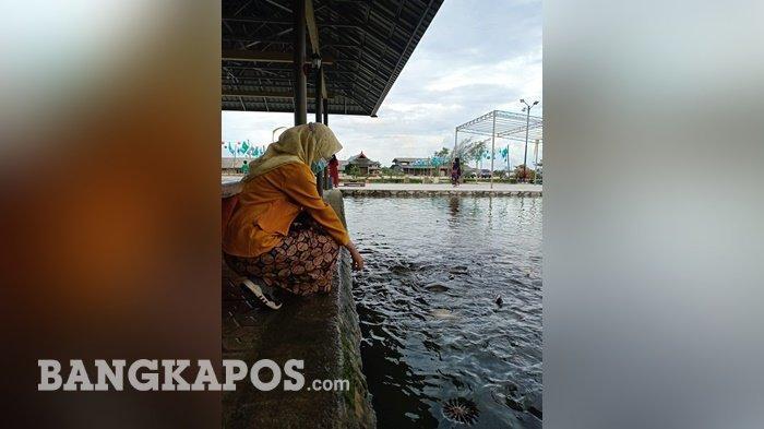 Pengunjung menikmati Kawasan wisata Telaga Emas Bersinar, Sinar Baru, Sungailiat, Kabupaten Bangka
