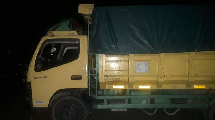 Satu unit mobil truk pengangkut 9 ton pasir timah kering, terparkir di halaman belakang Polres Pangkalpinang, Jumat (21/5/2021) malam.