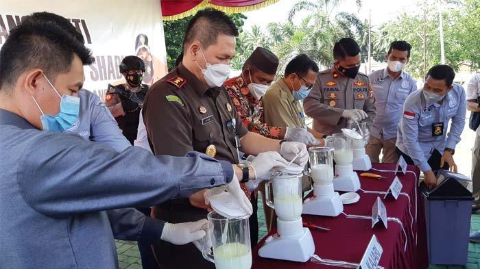 Pemusnahan barang bukti narkoba jenis sabu seberat 1 kg lebih di halaman Polres Bangka Selasa (25/5/2021).