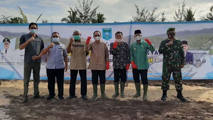 Bupati dan Wakil Bupati Bangka Tengah, Algafry Rahman bersama Herry Erfian saat melakukan peletakan batu pertama pembangunan tambak udang skala rakyat di Desa Kurau Barat, Koba, Bangka Tengah, Jumat (28/5/2021).