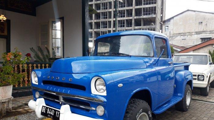 Mobil Chevrolet Dooge,1956 warna biru