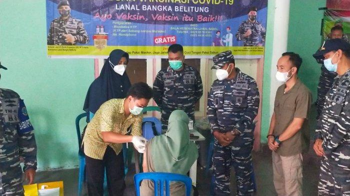 Pangkalan TNI AL Bangka Belitung melaksanakan  Serbuan Vaksinasi Covid-19 secara serentak di Gedung Serbaguna Kediaman Camat Belinyu Kab. Bangka (Sabtu, 03/06/21).