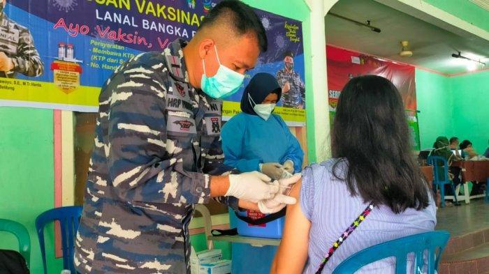 TNI AL Laksanakan Vaksinasi Serentak di Kecamatan Belinyu, Begini Suasananya