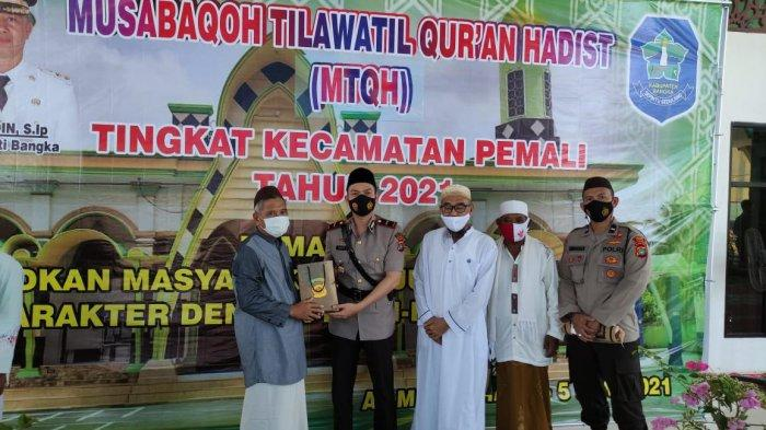 Kapolsek Pemali Ipda Reza Irawan saat bersilahturahmi dan sholat jumat di Masjid Al Muhajirin Air Ruay Jum'at (4/6/2021)