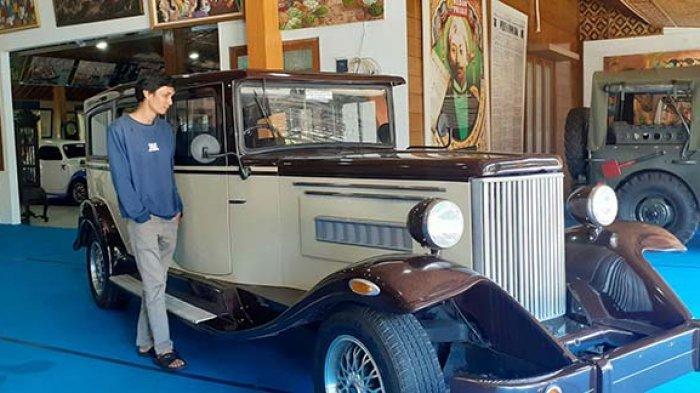 Pengunjung melihat koleksi mobil klasik di Garasi Tongachi