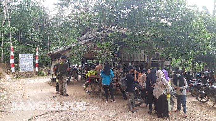 Pengujung ramai memarkirkan kendaraan di Pos 2 menuju Air Terjun Maruyan Gunung Maras, Minggu (06/06/2021)