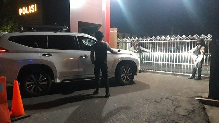 Personel jaga pintu masuk gerbang Mapolda Babel, Senin (5/7/2021) malam