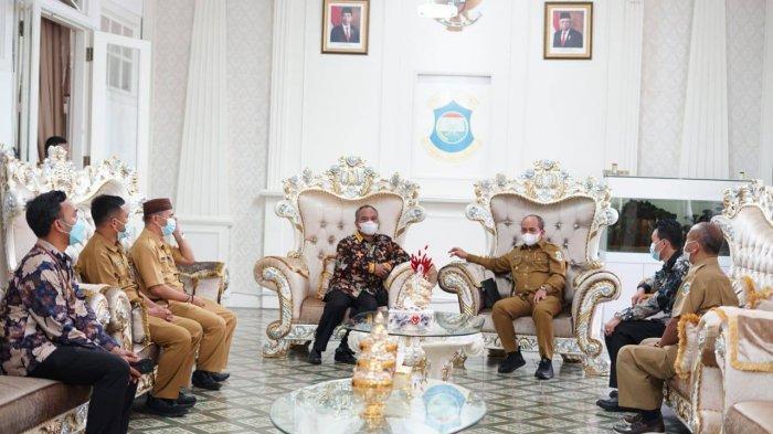 Wali Kota Pangkalpinang Maulan Aklil melaksanakan audiensi bersama denga Kepala Kantor Regional VII BKN Palembang di rumah Dinas Wali Kota Pangkalpinang, Senin (7/6/2021)