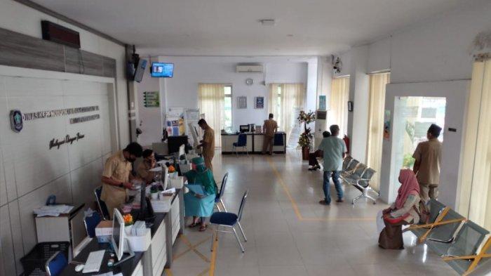 Suasana pelayanan dokumen kependudukan secara tatap muka  di Kantor Disdukcapil Kabupaten Bangka sudah dibuka kembali .