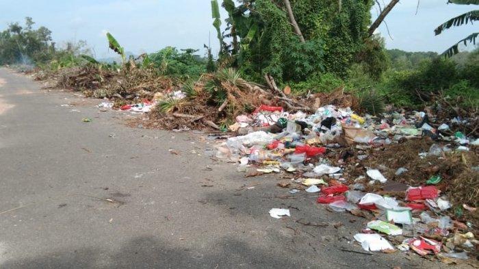 Tumpukan sampah yang ada di samping Balai Latihan Kerja (BLK) Bangka Belitung, Rabu (9/6/2021) pagi.