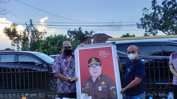 Wali Kota Pangkalpinang Maulan Aklil (Molen) memberikan kejutan ulang tahun kepada Kepala Kejaksaan Negeri (Kejari) Kota Pangkalpinang Jeefferdian di Temu Coffe Caffe Kota Pangkalpinang, Kamis (10/6/2021) sore.