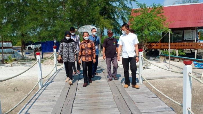Bupati Bangka Mulkan melakukan kunjungan kerja ke kawasan KEK Belutung,Belitong Geopark dan wisata hutan mangrove di Kabupaten Belitung, Kamis (10/06/2021).