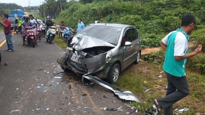 Kondisi rusak parah kendaraan akibat laka lantas yang terjadi di Jalan Raya Pangkalpinang-Muntok, atau tepatnya berada di Desa Dendang, Kecamatan Kelapa, Kabupaten Bangka Barat, Jum'at (11/06/2021).