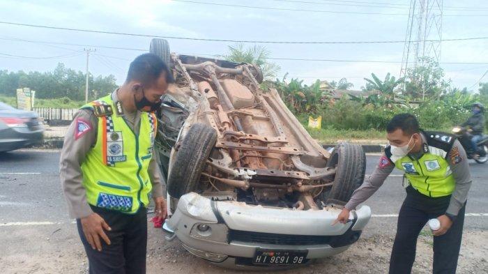 Lakalantas di Sungailiat, Mobil Terbalik 3 orang Luka-luka