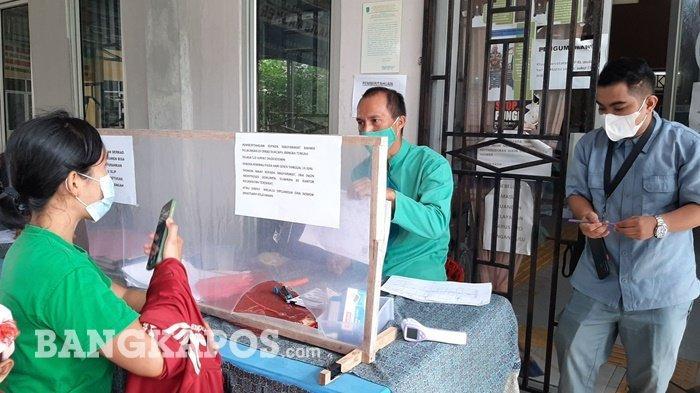 Suasana pelayanan di Disdukcapil Bangka Tengah usai work from home (WFH), Senin, (14/6/2021)