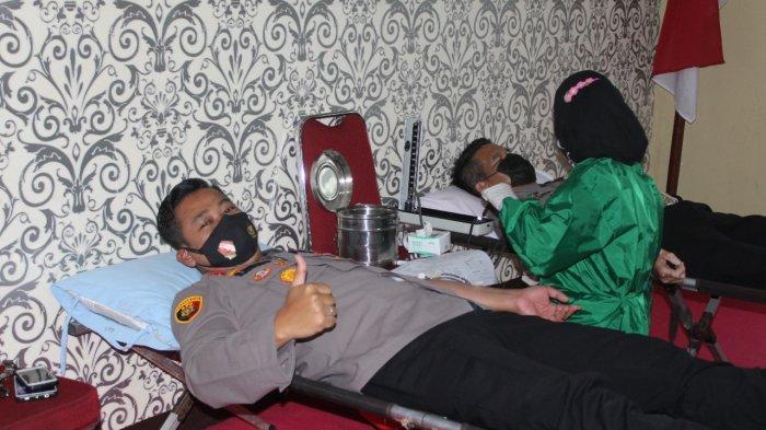 Kapolres Bangka Tengah, AKBP Slamet Ady Purnomo saat melakukan donor darah, Senin (14/6/2021) di Aula Pratisarawirya Polres Bangka Tengah.