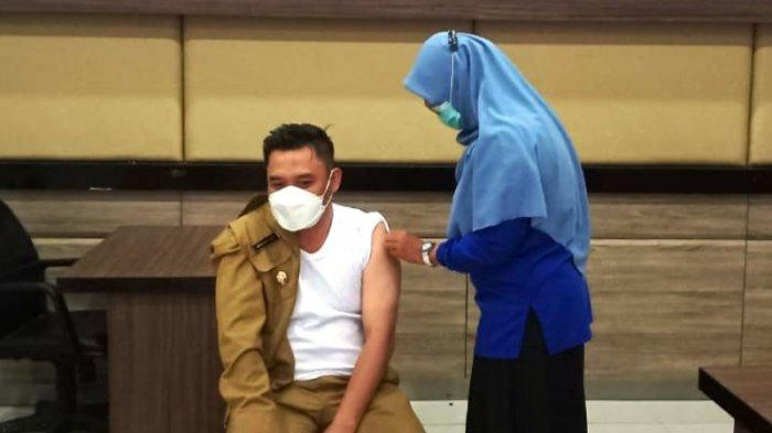 Bong Ming Ming Ikut Vaksinasi Covid-19 Dosis Pertama di Polres Bangka Barat