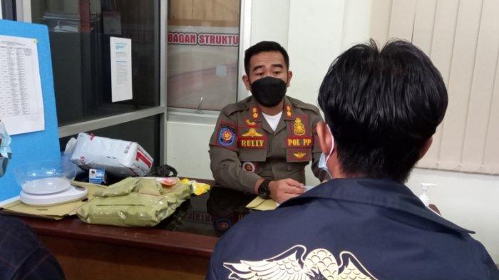 Seorang oknum pelajar SMK di Belitung inisial AL saat diamankan tim gabungan dari tangannya ditemukan barang bukti bubuk kratom seberat Rp 2,4 kilogram dan obat bebas di rumahnya, Rabu (16/06/2021) lalu.