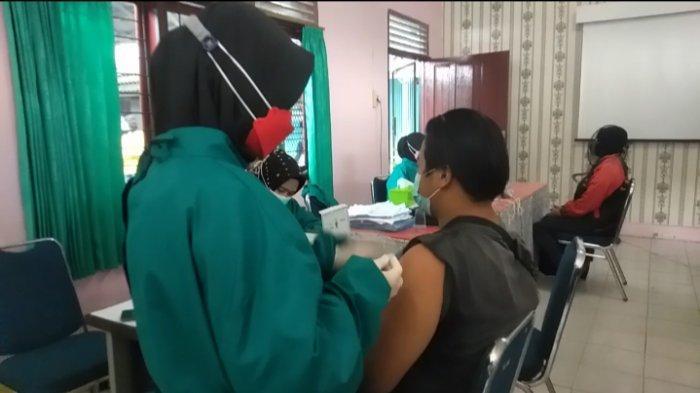 Lakukan Penyuntikan Vaksin Covid-19, Petugas Sebut Ada Warga Yang Gemetaran Hingga Keringat Dingin