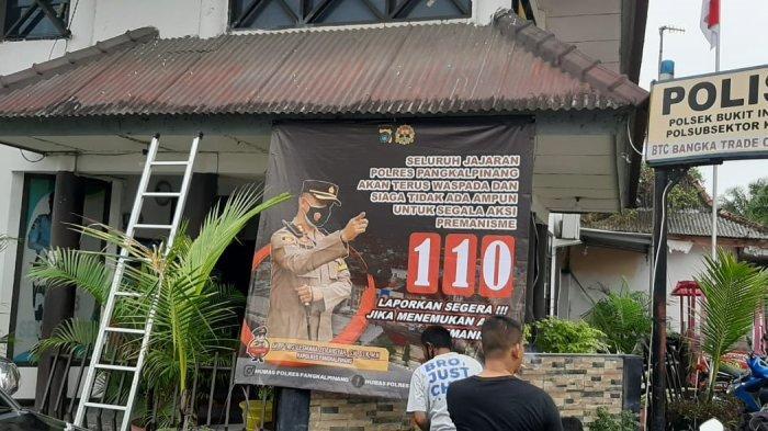 Personel Polsek Bukitintan pasang spanduk imbauan, tak berikan ruang kepada kelompok premanisme, di Jalan Pusat Perbelanjaan di Bangka Trade Center Kota Pangkalpinang, Rabu (16/6/2021)