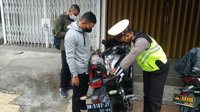 Satlantas Polres Pangkalpinang razia kendaraan bermotor menggunakan knalpot racing dan pelanggar kasatmata di Kota Pangkalpinang, Rabu (16/6/2021).