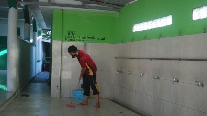 Jajaran Polres Pangkalpinang membersihkan rumah ibadah di Kota Pangkalpinang, Jumat (18/6/2021).