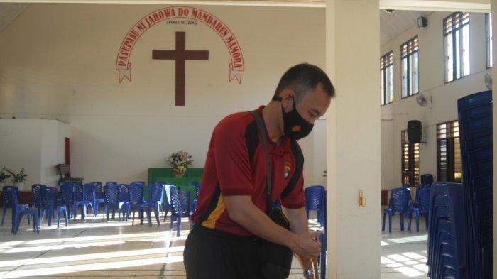 Jajaran Polres Pangkalpinang membersihkan rumah ibadah di Kota Pangkalpinang, Jumat (18/6/2021) Ist/ Humas Polres Pangkalpinang