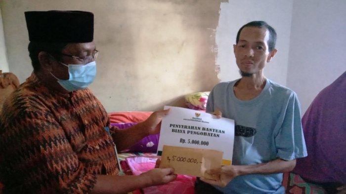 Baznaz Babel Serahkan Bantuan Uang Berobat ke Dely Hardy Penderita Tumor dan Beasiswa Anaknya