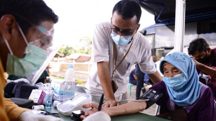 Warga Desa Tepus Antusias Periksa Kesehatan Saat Disambangi Mobil Sehat PT Timah