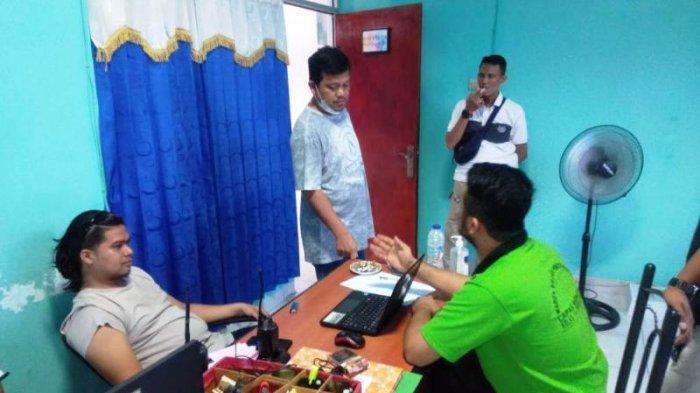 MP (baju hijau) Narapidana lembaga pemasyarakatan (Lapas) Narkotika Pangkalpinang, diinterogasi anggota Satresnarkoba Polres Pangkalpinang, Kamis (17/6/2021).