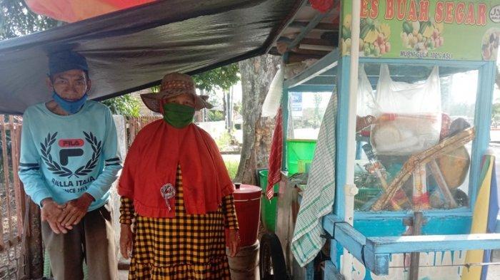 Pasangan Lansia di Pangkalpinang Semangat Jualan Es Buah, Hasilkan Omzet Rp500 Ribu Per Hari
