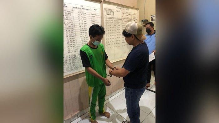Satresnarkoba Polres Pangkalpinang dan pihak Lapas Kelas IIA Narkotika Pangkalpinang, memeriksa narapidana Fuji Susanto alias Ateng, yang terlibat jaringan narkoba, di Lapas Narkotika Kelas IIA Pangkalpinang, Rabu (23/6/2021)